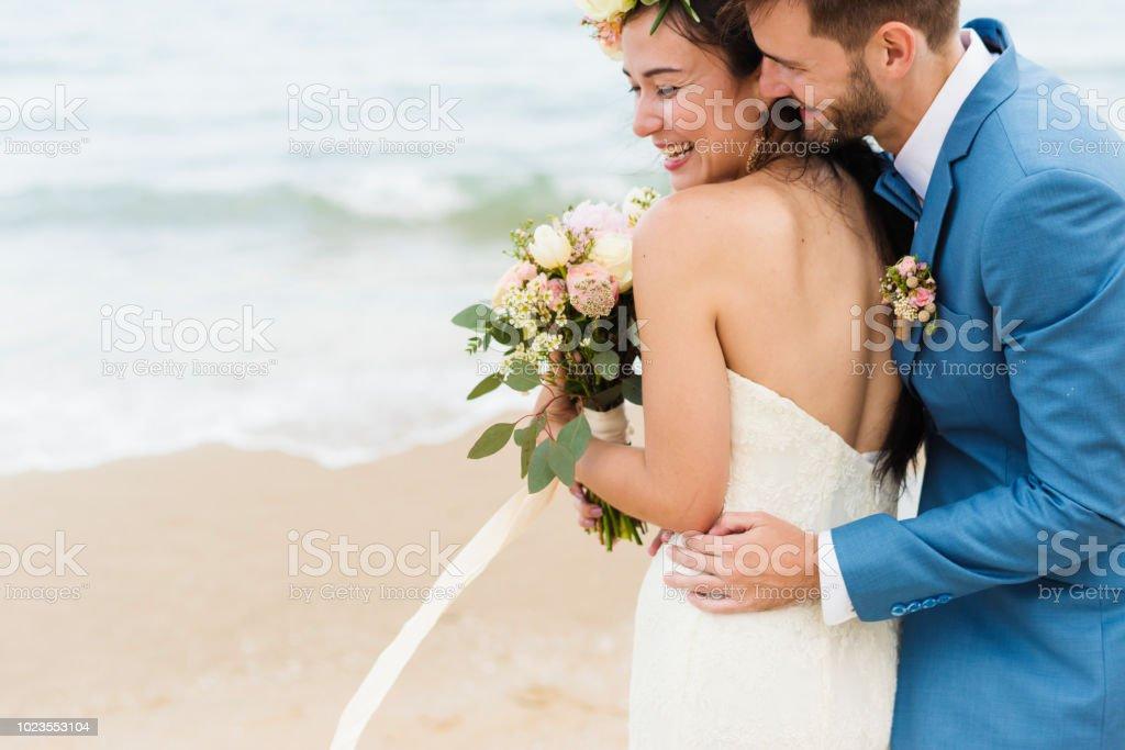 Joyeux mariés à ceremnoy de mariage de plage photo libre de droits