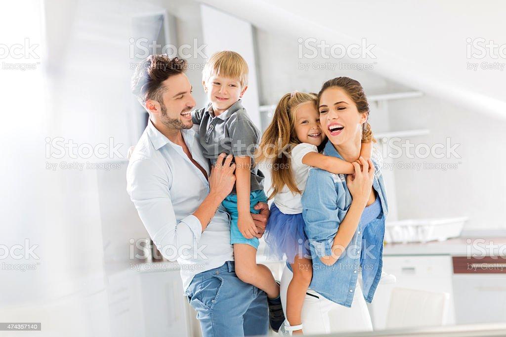 Fröhlich Eltern mit ihren kleinen Kindern. – Foto