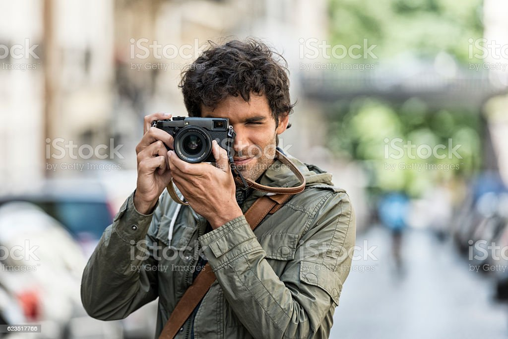 Cheerful photographer in the street – Foto