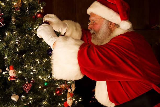 allegro babbo natale ornamenti appesi sull'albero, spazio di copia - santa claus tiptoeing foto e immagini stock