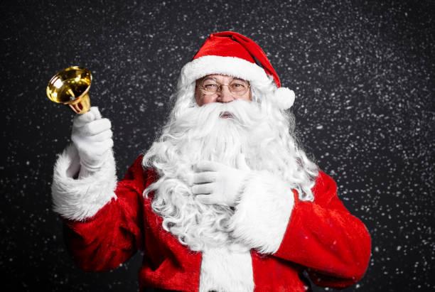 Fröhlicher Weihnachtsmann Holding Kirchengemeinde – Foto