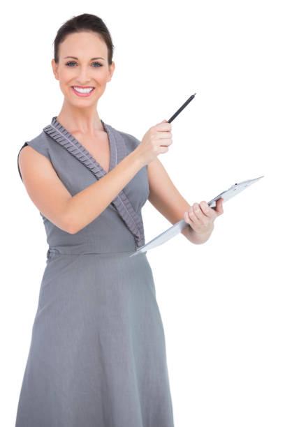Modelo seductora alegre apuntando con lápiz - foto de stock