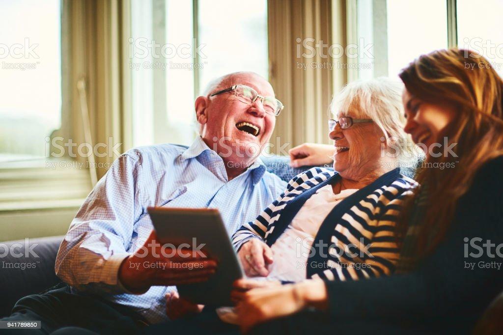 Fröhlichen senior Mann mit seiner Frau und seiner Tochter zu Hause – Foto
