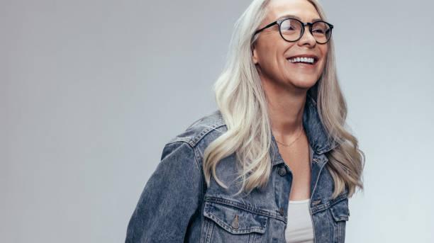 stüdyoda neşeli kıdemli kadın - kır saç stok fotoğraflar ve resimler
