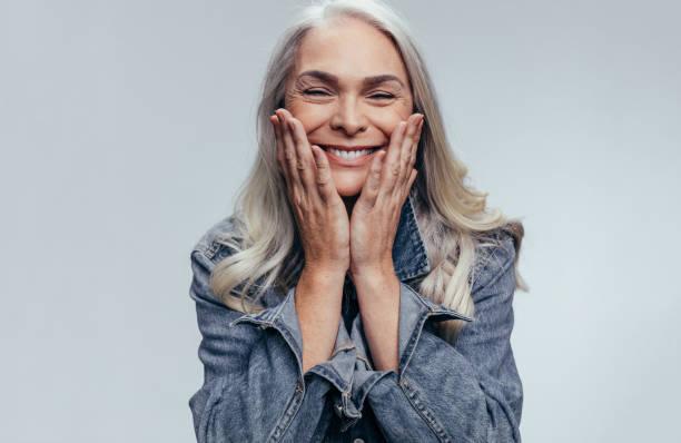 Fröhliche Seniorin – Foto