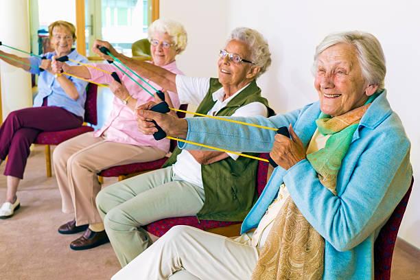 alegre mulher sênior exercitar seus braços. - comodidades para lazer - fotografias e filmes do acervo