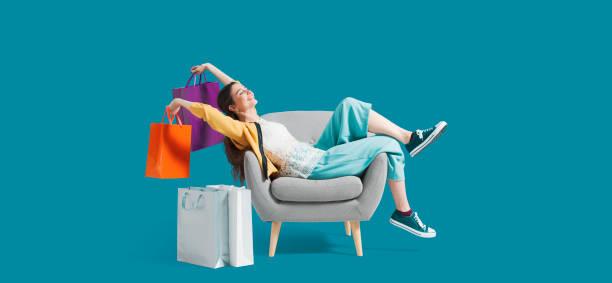 Fröhliche shopaholic Frau mit Einkaufstaschen – Foto