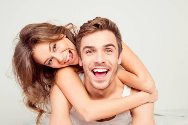 침실에 포옹 사랑에 밝은 웃는 커플 - 백인종 뉴스 사진 이미지