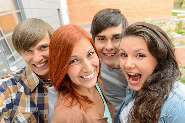 fröhlich student freunde schülern - high school bilder stock-fotos und bilder