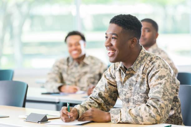 fröhliche schüler in der militärakademie - militärisches training stock-fotos und bilder