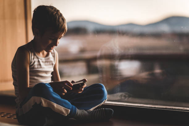 Fröhliche Teenager-Junge spielen Videospiele auf dem Handy – Foto