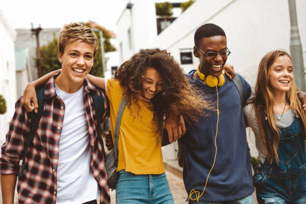 wesoły nastoletni przyjaciele cieszący się na świeżym powietrzu - wypoczynek zdjęcia i obrazy z banku zdjęć