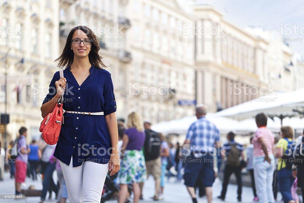 Fröhlich urban Mädchen auf einer Straße in der Stadt – Foto