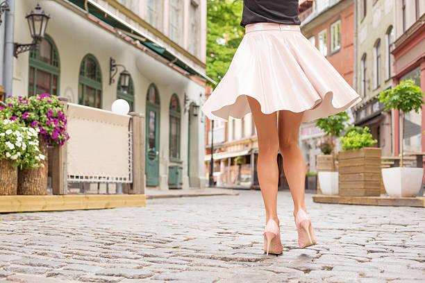 fröhliche frau tanzen auf der straße - damen rock lang stock-fotos und bilder