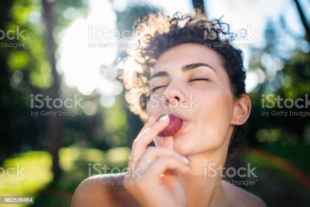 Foto de Alegre Mulher Comendo Morango e mais fotos de stock de 20 Anos