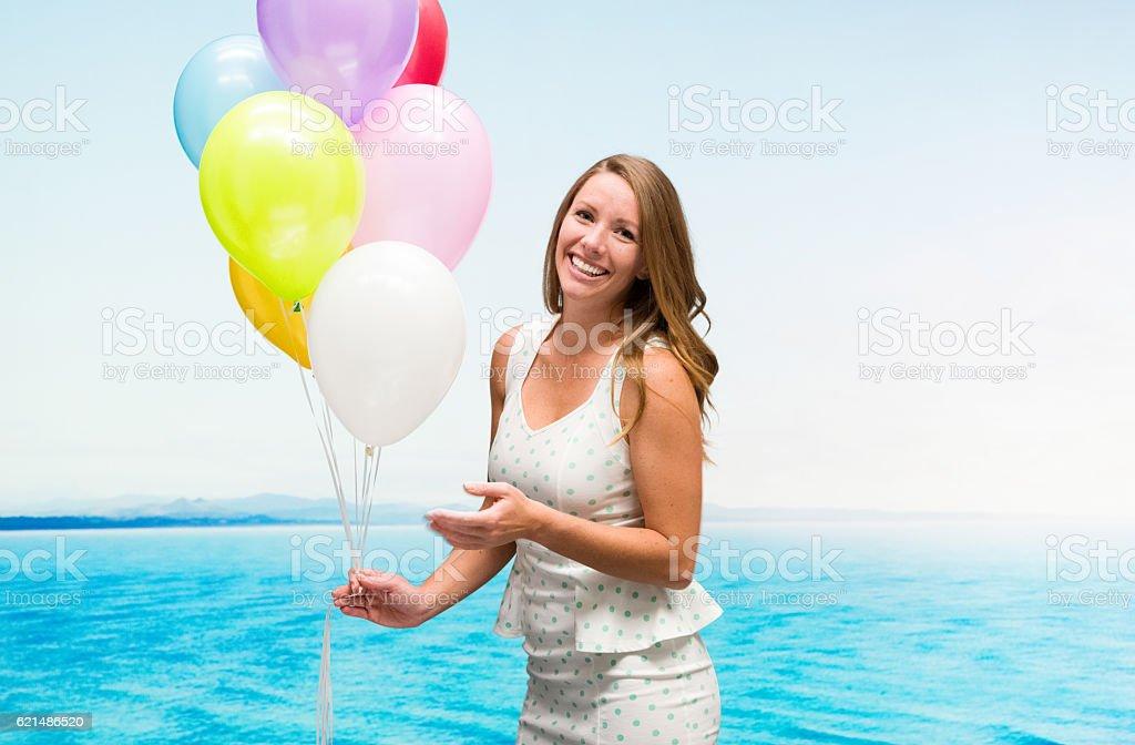 Joyeux femme tenant des ballons en plein air photo libre de droits