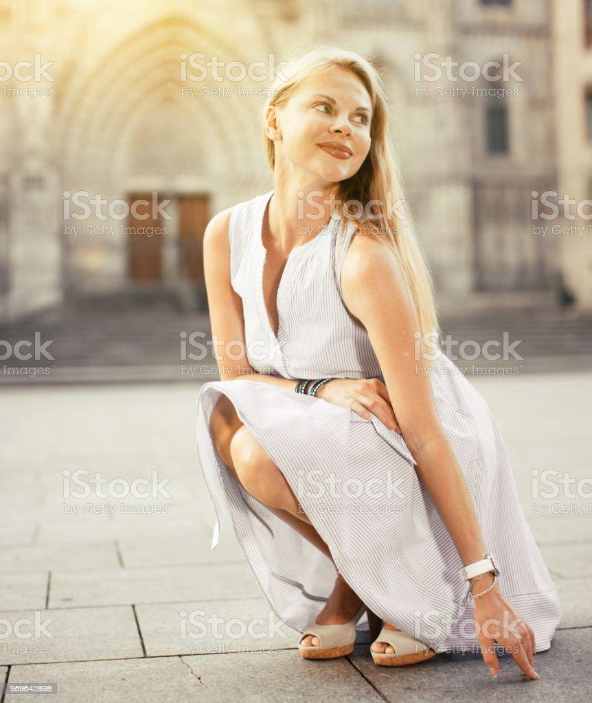 mujer alegre en el vestido en la calle - Foto de stock de Adulto libre de derechos
