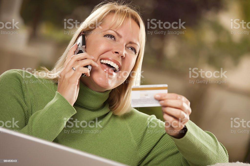 활기참 여자 휴대폰 및 노트북, 신용 카드 royalty-free 스톡 사진