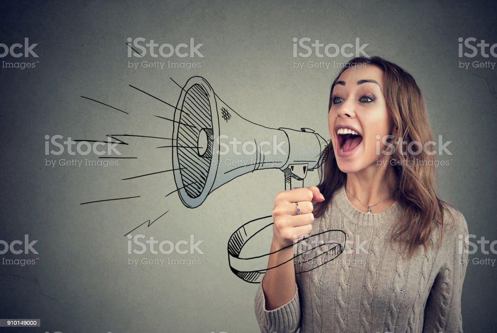Mulher alegre partilha com notícias usando alto-falante foto de stock royalty-free