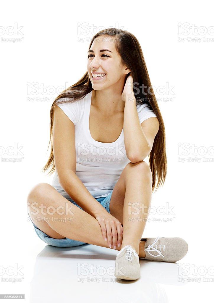 Joyeuse femme assise sur le sol & Regarder ailleurs - Photo