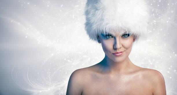 Fröhliche Frau mit Wintermütze – Foto