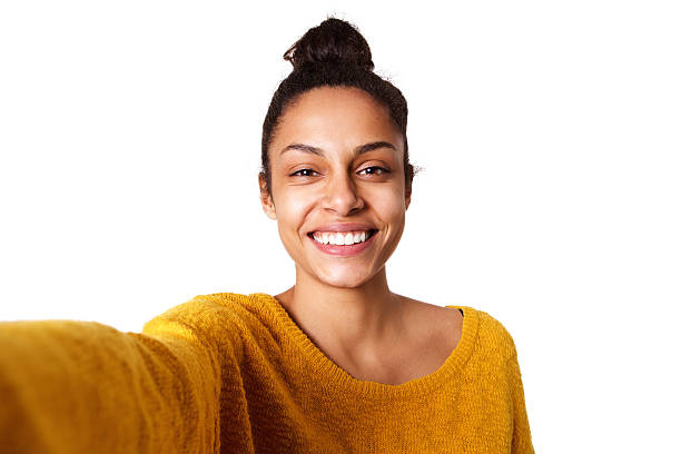 joyeuse jeune femme africaine prenant un selfie - selfie photos et images de collection