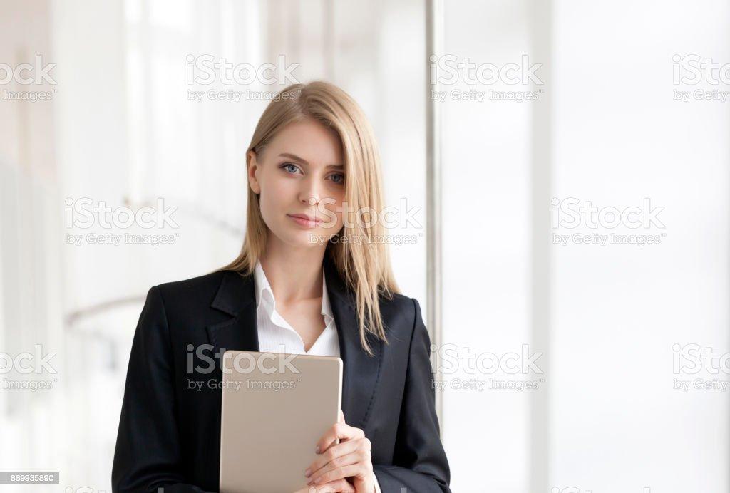 Femme d'affaires jeune gai debout avec tablette numérique - Photo