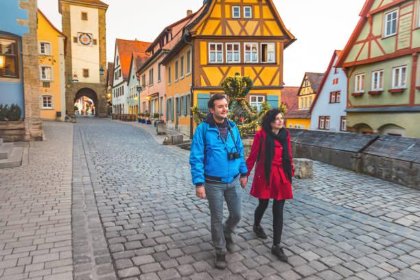 vrolijke jonge paar genieten van een bezoek aan oude stad van rothenburg ob der tauber, duitsland - rothenburg stockfoto's en -beelden