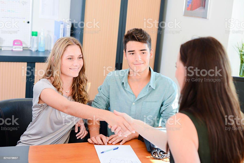 handshaking Gai jeune couple pour la transaction réussie et Femme d'affaires - Photo