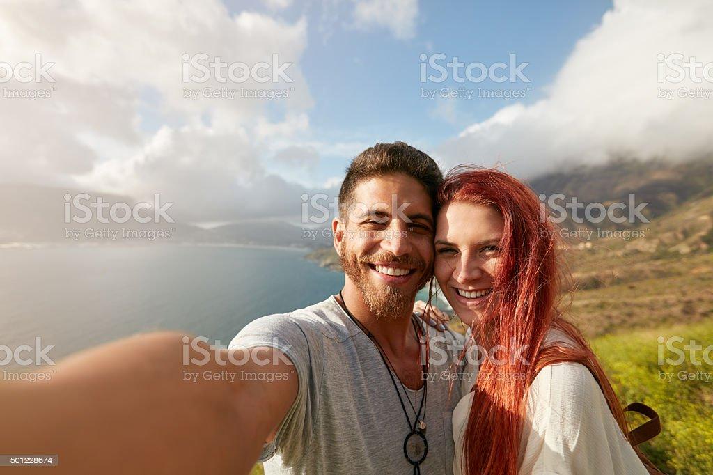 Alegre casal jovem tendo uma selfie - foto de acervo