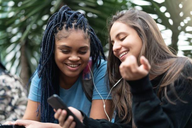 Alegres joven amigos con teléfono - foto de stock
