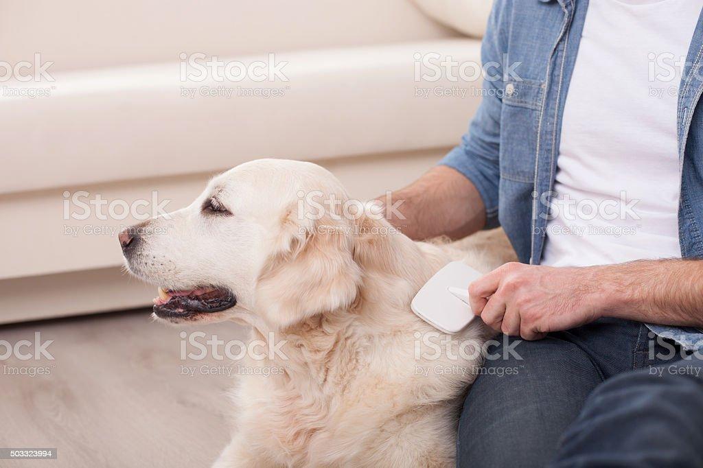 Fröhlich junger Mann mit seinem Haustier GETEILTE FREUDE IST DOPPELTE FREUDE – Foto