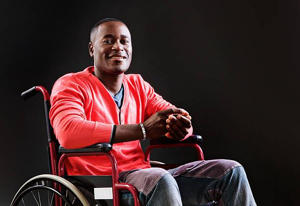 Joyeuse jeune homme en fauteuil roulant, peut-être un athlète blessés récupérer - Photo