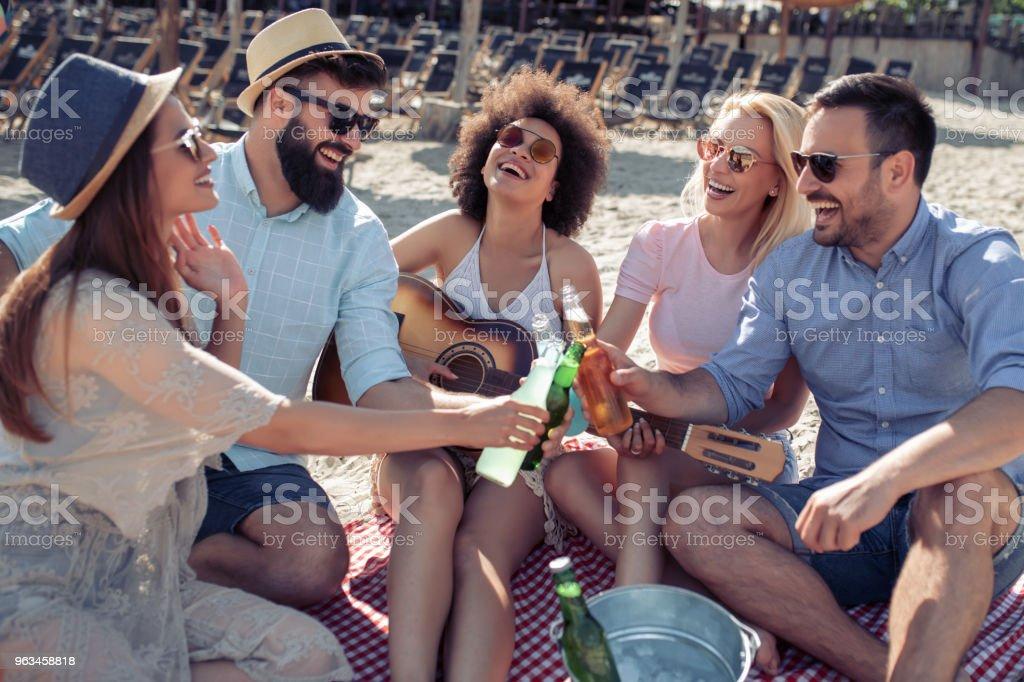 Gente joven alegre con guitarra divirtiéndose en la playa - Foto de stock de Adulto libre de derechos