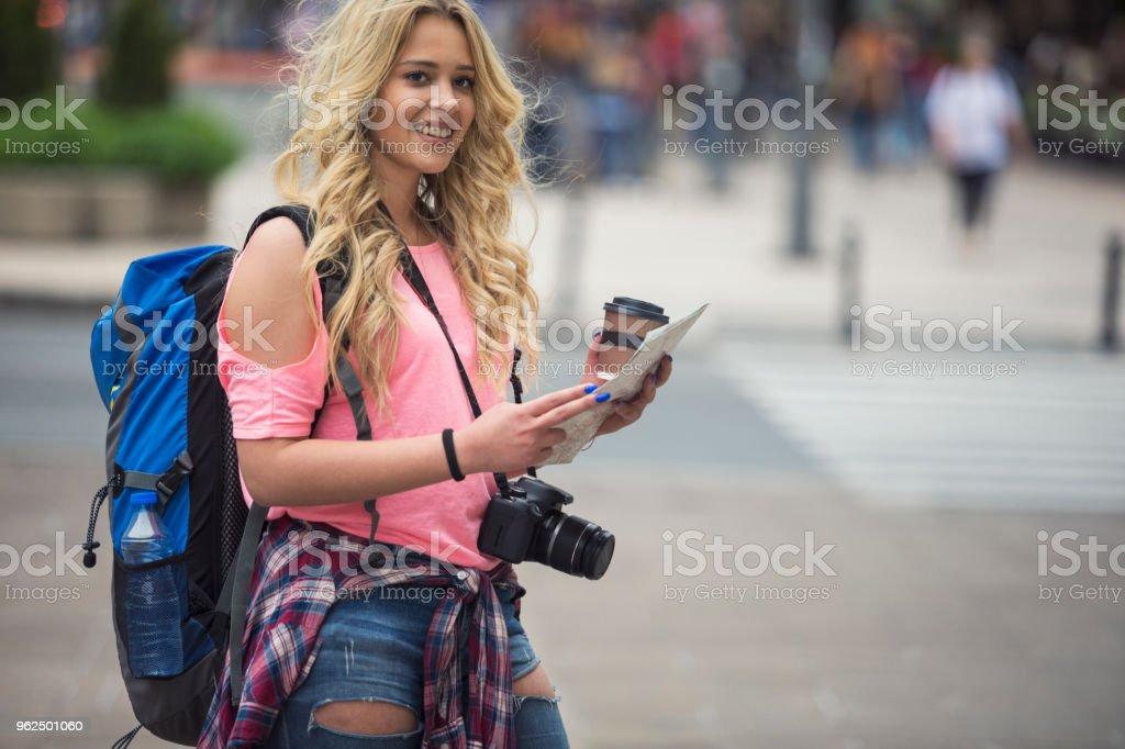 Turista jovem alegre, de rua da cidade - Foto de stock de Acampar royalty-free