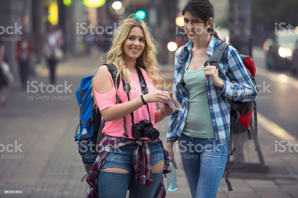 Cheerful young tourist on city street - Royalty-free Adult Stock Photo