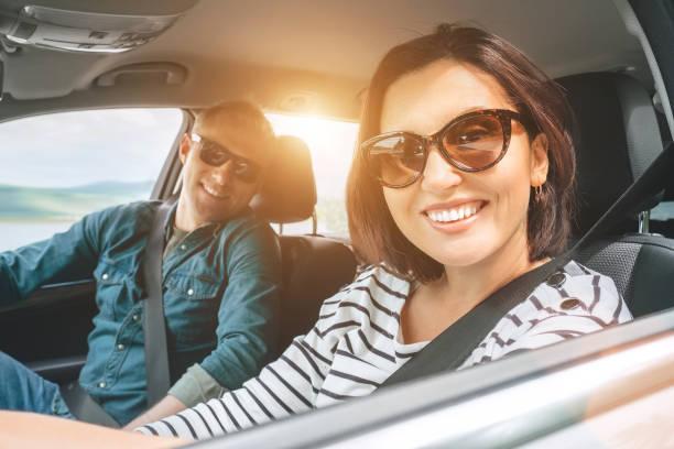 Fröhliche traditionelle Pärchen hat eine lange Auto-Reise. Sicherheit Reiten Auto Konzept Weitwinkel in Auto-View-Bild. – Foto
