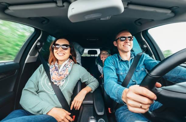 Fröhliche junge traditionelle Familie hat eine lange Auto-Reise und laut dem Lieblingslied singen. Sicherheit Reiten Auto Konzept Weitwinkel in Auto-View-Bild. – Foto