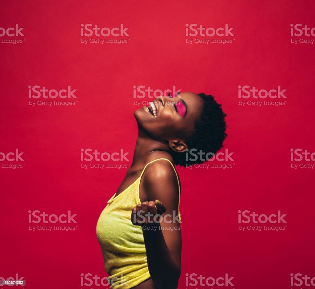 Jovem alegre dançando no estúdio - Foto de stock de Adulto royalty-free