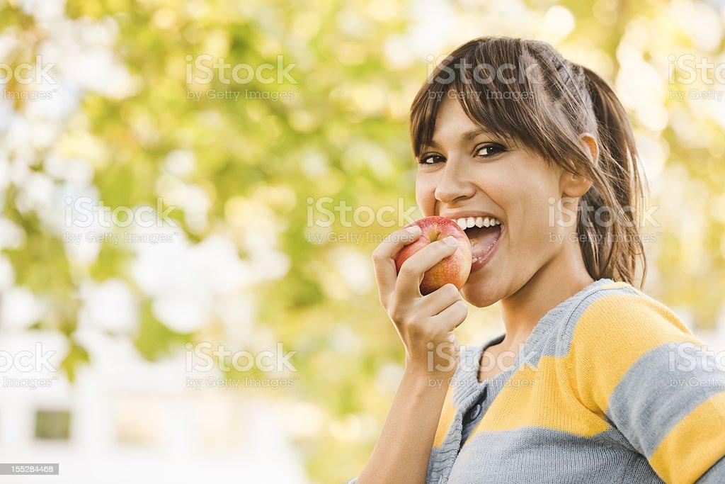 Fröhliche Junge Frau Essen einen Apfel - Lizenzfrei 20-24 Jahre Stock-Foto