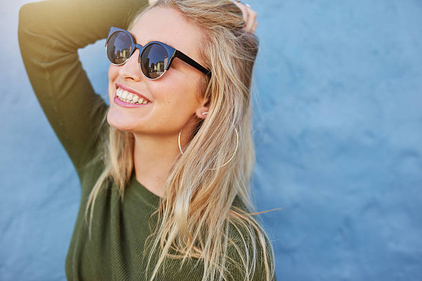 Cheerful young woman in sunglasses - foto de acervo