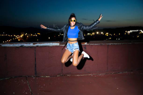 neşeli genç kadın atlama - flaş stok fotoğraflar ve resimler