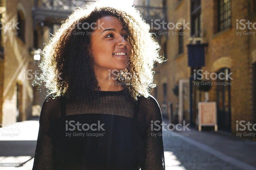 Fröhliche junge Frau Porträt, urbane Landschaft im Hintergrund – Foto