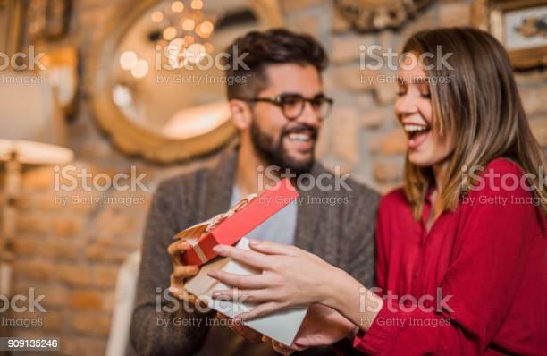 Cheerful young woman receiving a gift from her boyfriend picture id909135246?b=1&k=6&m=909135246&s=612x612&h=5da87qyurum98nmtlibzdbcolpddw dtmawttvvdihe=