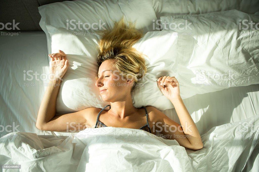 Fröhliche junge Frau Aufwachen in Ihrem Hotelzimmer – Foto