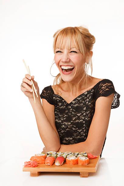Fröhliche Junge Frau mit sushi – Foto
