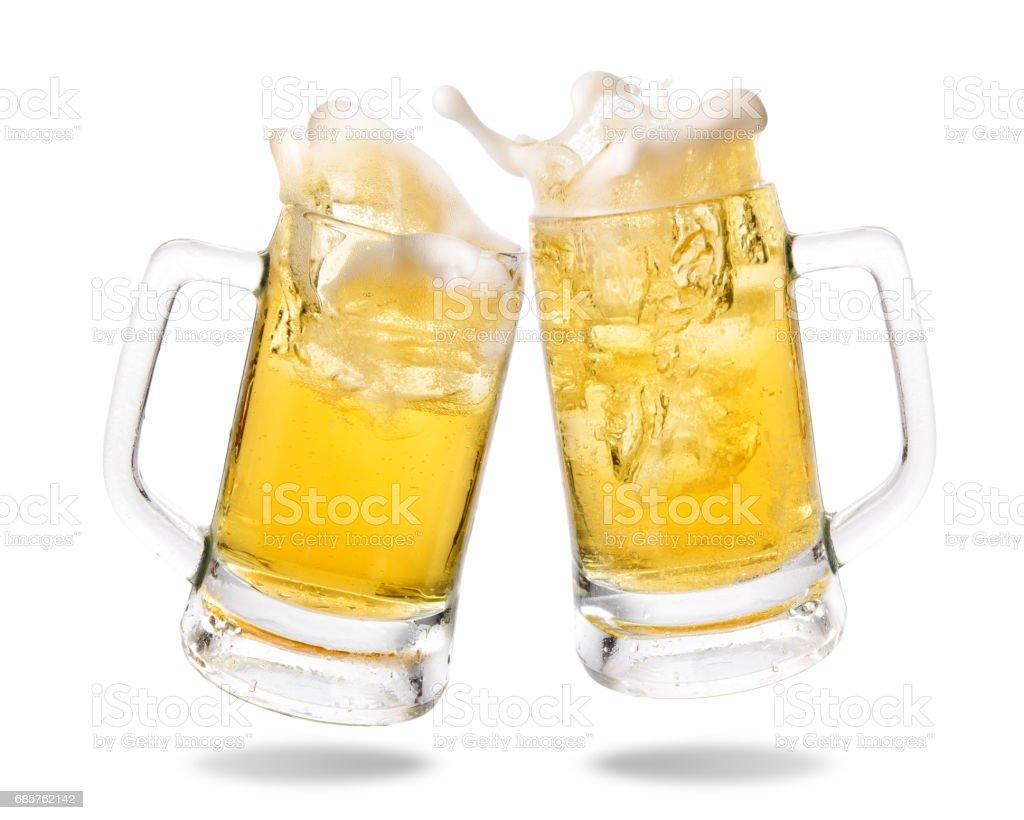 Torcendo a cerveja - foto de acervo