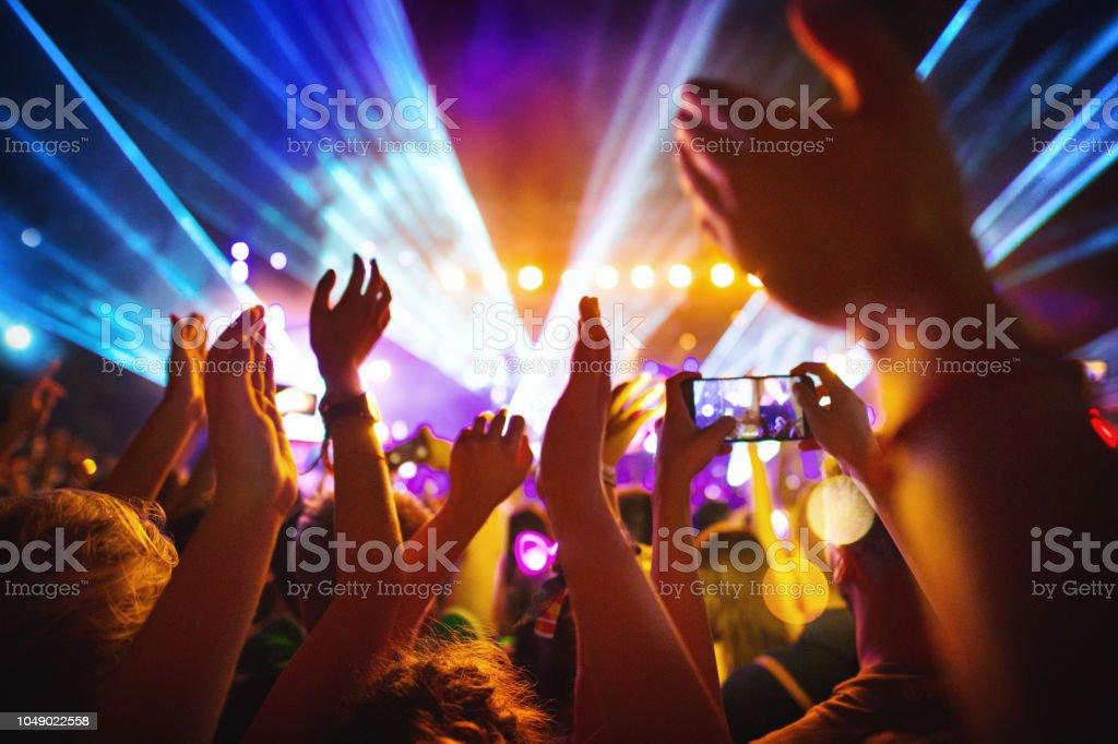 Jubelnde Menge bei einem Konzert. – Foto