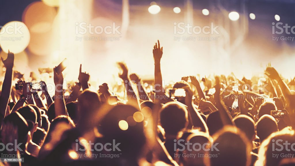 Jublande folkmassa vid en konsert. - Royaltyfri 20-29 år Bildbanksbilder