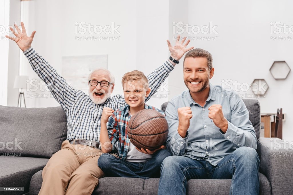 Torcida família assistir basquete em casa - foto de acervo